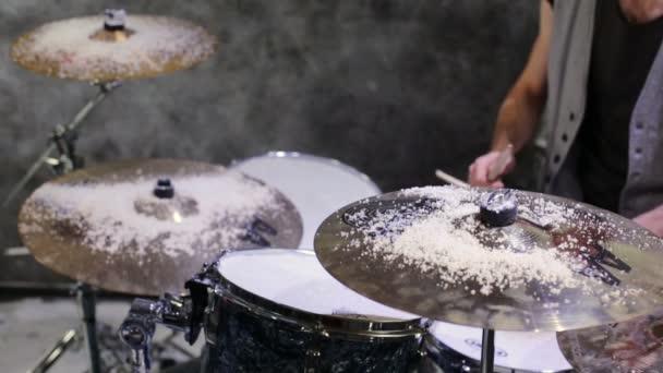 El baterista toca la batería — Vídeo de stock