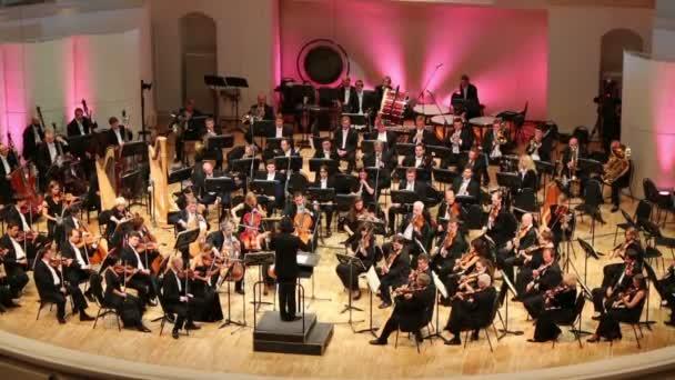 Orquesta tocar en sala de conciertos. — Vídeo de stock