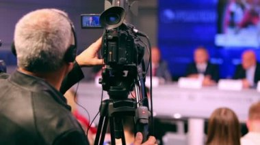 Videographer working on press conference — Stock Video