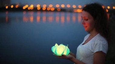 Smiling woman holds water lantern — 图库视频影像