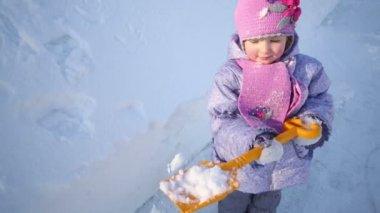 Little girl stands next to snowdrift — Stock Video
