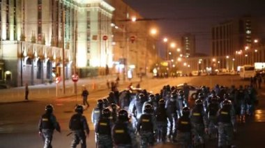 Anti-riot police detachment moves — Stock Video
