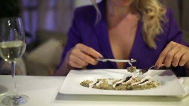 在餐馆吃饭的女人 — 图库视频影像