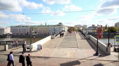 People walk by Luzhkov Bridge — Stock Video