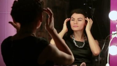 Beautiful woman makes makeup — Stock Video