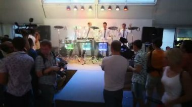 Drummers show in Zafferano restaurant in Moscow — Stock Video