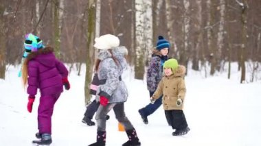 Five children run in winter park — Stock Video