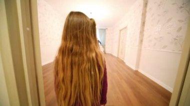 Little girl enters room — Stock Video