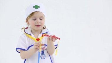 小さな女の子はおもちゃを果たしています。 — ストックビデオ