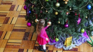 Little girl at Christmas tree — Stock Video