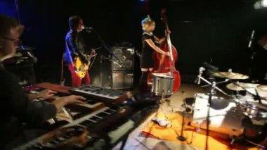 Rock band in night club — Stock Video