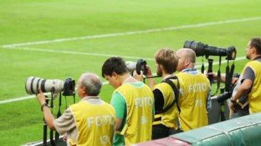 Fotografer arbeta på match på lokomotiv stadium — Stockvideo