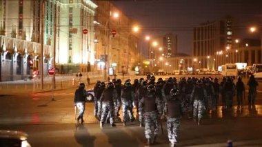 Anti-riot police crosses street — Stock Video