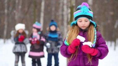 小さな女の子と 3 人の子供 — ストックビデオ