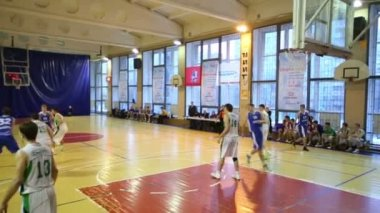 Player throws ball in basket — Stok video