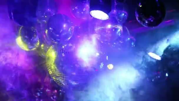 Bolas de espejos giran y reflejan las luces — Vídeo de stock