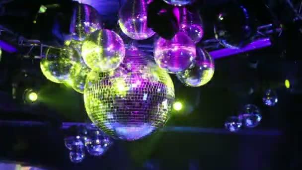 Bolas de discoteca del espejo gira — Vídeo de stock