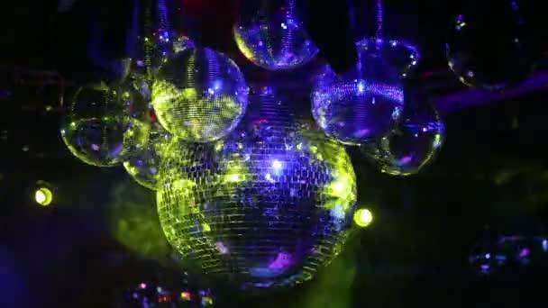 Gire el grupo de bolas de discoteca del espejo — Vídeo de stock