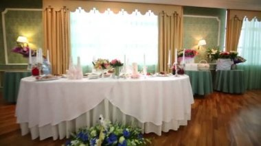 Beautifully decorated table for bride and groom — Stock Video