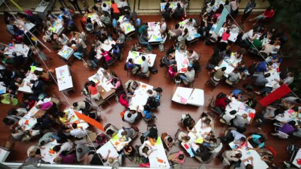 Spacious hall with tables and young people — Vídeo de stock