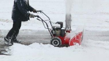 Worker removes snow on parking — Vídeo de Stock