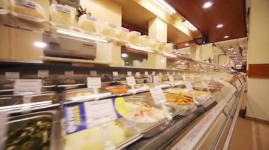 Counter with salads in supermarket Bahetle — Stock Video