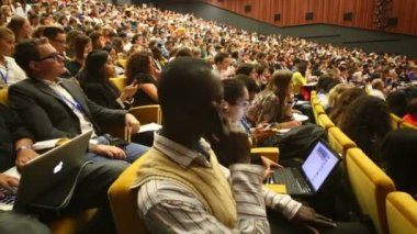 Audience listens to report at Global Youth — Stockvideo