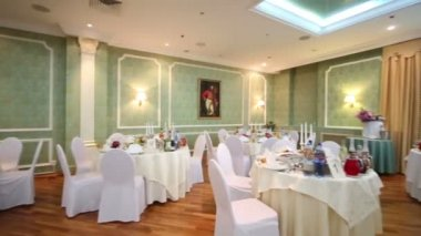 Hall in restaurant decorated for wedding celebration — Stock Video