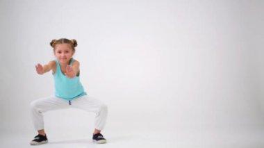 Meisje veel plezier doen oefeningen — Stockvideo