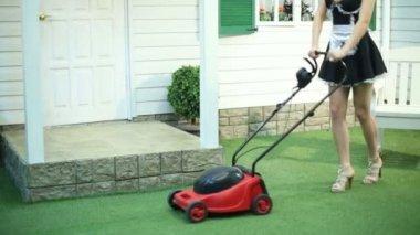 草坪割草的女仆的双腿 — 图库视频影像