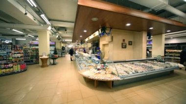 Seller and counter in supermarket Bahetle — Wideo stockowe