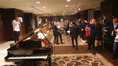 Presnyakov sings at Conference of leaders — Stock Video