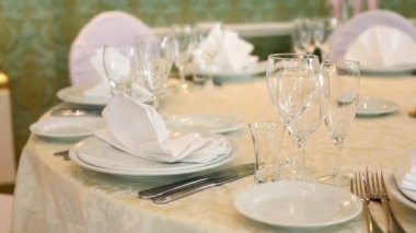 Wedding table with glasses and cutlery — Stock Video