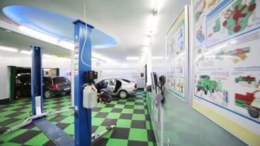 Cars and lifts in workshop of Service station — Stok video