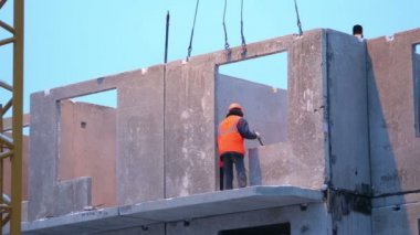 Workers mount concrete slab — Stock video