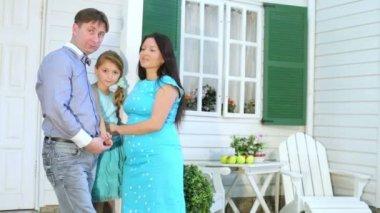 Šťastná rodina stojí vedle verandy — Stock video