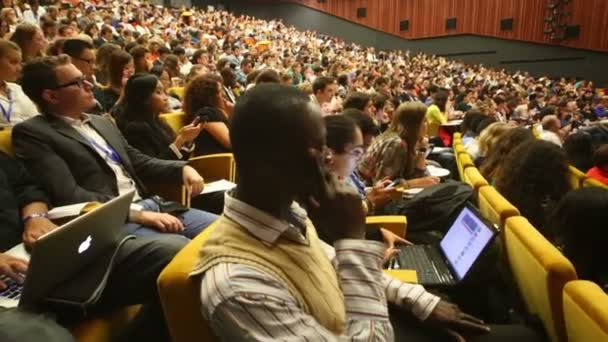 Audience listens to report at Global Youth — Vídeo de stock