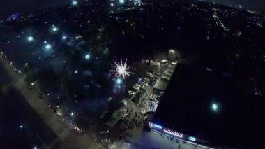 Záblesky ohňostrojů a jiskry na ulici — Stock video