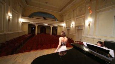 Revisión de escenario con el pianista y cantante — Vídeo de Stock