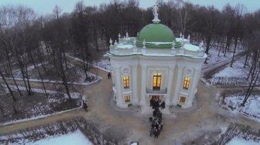 Tourists queue near Aviary in Kuskovo — Stock Video