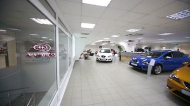Hall with cars KIA in office of shop — Wideo stockowe