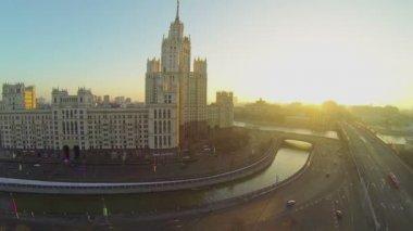 Cityscape with traffic on Kotelnicheskaya quay — Stock Video
