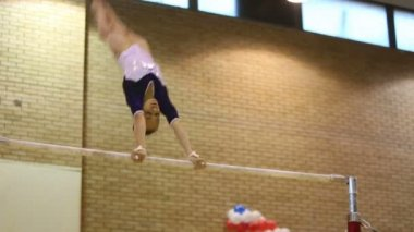 Girl spins on horizontal bar — Stock Video