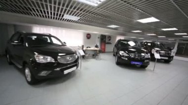 Hall with three cars in office of shop — Wideo stockowe