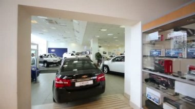 Office of shop selling cars in dealership — Wideo stockowe