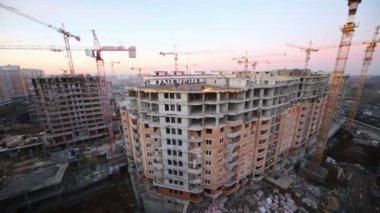Costruttori lavorando sulla costruzione di grandi edifici — Video Stock