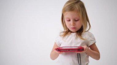Little girl holding game controller — Stock Video