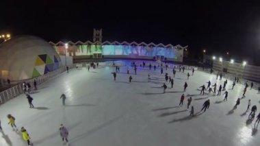 Dancing people near skating rink — Stock Video