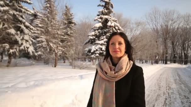 Feliz joven mujer camina en pasarela — Vídeo de stock