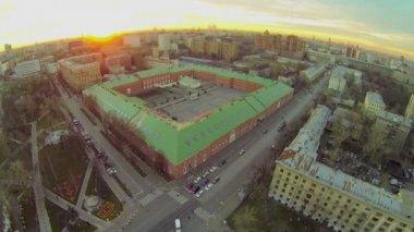 Cityscape with traffic near edifice — Stock Video